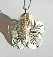 Virág mintás gyöngyházas medál