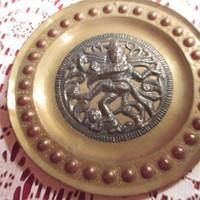 Z01 Dombor mintás betétes réz tányér 10 cm