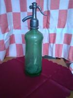 Különleges formájú uránzöld szódásüveg.