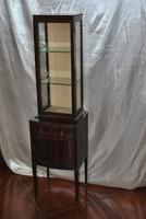 Különleges vitrines szekrényke