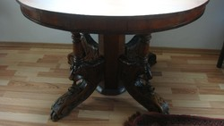Nagyméretű kör asztal.