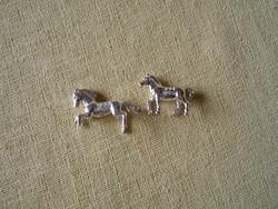 Fehéraranyozott lovacskák kristályokkal