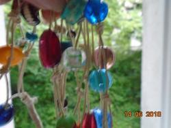 Nagyon érdekes színes egyedi háromsoros-146 cm-nyaklánc mindenféle anyagú és formájú gyöngyökből-