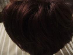 Női paróka , sötét barna színű , mhagóni színárnyalattal .