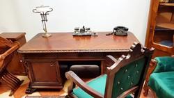 Faragott neoreneszánsz íróasztal trónszékkel