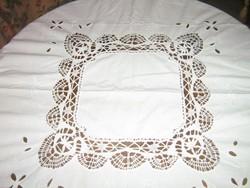 Meseszép kézzel horgolt szélű, és betétes fehér madeira hímzett terítő különlegesség