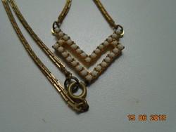 Aranyozott nyaklánc fehér gyöngy medállal aranyozott foglalatban