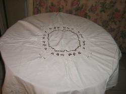 Gyönyörű különleges madeira hímzett virágok közepén toledó mintás azsúros terítő
