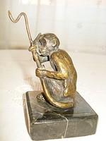 Fekete márvány talpon, bronz majom szoborka - zsebóratartó
