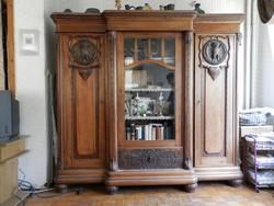 Bécsi barokkszekrény baglyos filunggal,3 ajtós a középső üvegezett alatta fiók.az üvegezés metszett.