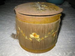 Antik doboz , papírból ,selyemmel körbe fonva, ami kissé kopottas ,réz díszítéssel 15x13cm