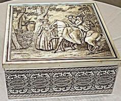 Romantikus jelenetet ábrázoló fém süteményes doboz