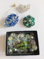 Csillogó ékszerek, kristályos retro brossok, és nyaklánc újrafűzésre