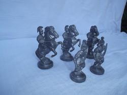 Ólomkatonák nagyméretűek 5 db - Régi Osztrák,  római lovasok:8 x 6 cm, gyalogosok:6 x 3,5 cm