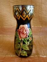 Virág, rózsa mintával festett nagyon szép fekete üveg váza Portugáliából 17,5 cm