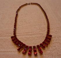 Piros strassz kövekkel díszített alkalmi nyaklánc