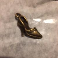Bronz színű bizsu medál, cipő (NB)