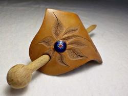 Kézműves bőr hajcsat muránói üveggel díszítve