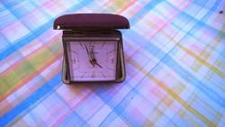 Ritka, az átlagosnál kisebb méretű mechanikus utazó óra.