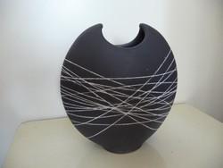 Lapos iparművész váza fehér csíkozással, jelzett