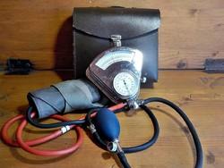 Régi fém házas orvosi vérnyomásmérő