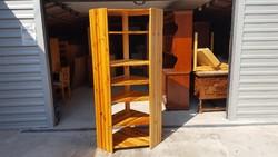 Eladó egy fenyő sarok  polc. Bútor szép állapotú,erős és stabil.
