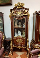 Aranyozott, dúsan faragott exkluzív barokk vitrin