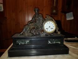 Óra bronz szoborral