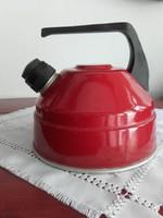 Retro, piros, régi, zománcozott vízforraló fekete bakelit fogóval