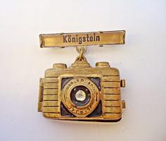 Régi német fényképezőgép alakú kitűző