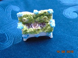 Miniatűr porcelán szófa kirakott virágokkal Drezda 1880