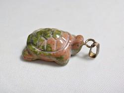 Unakit kőből készült teknős medál