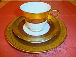 Arannyal díszített görög mintázatú reggeliző