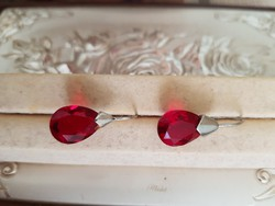 Ezüst fülbevaló csiszolt piros üveg kővel
