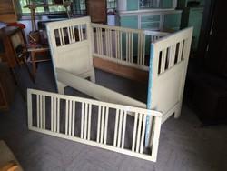 Régi gyerekágy vintage ágykeret szecessziós fenyő ágy