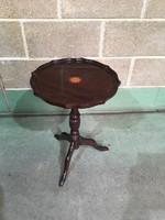 Középlábú kis kerek asztalka