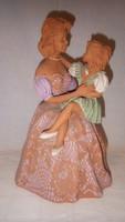 Bod Éva keramikus művész alkotása : Anya gyermekével szobor , 32,5 cm