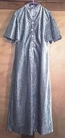 Ezüst szállal teljesen átszőtt estélyi ruha , ezüst színű kék kővel díszített gombokkal