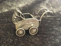 Ezüst miniatűr babakocsi