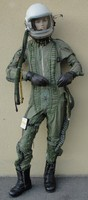 Repülős Mig pilóta ruha + sisak szkafander ujszerű gyűjtői + 2db Orosz sisak