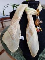 Sárga selyem kendő kézműves ékszer díszítéssel