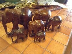 Trópusi fából faragott elefántok