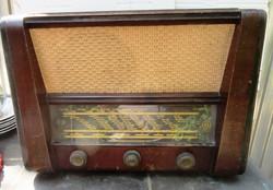 Terta 325 Typ elktroncsöves rádió, üzemképes szól, skálazsinór szakadt, varázsszem nem világít.