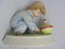 Búgócsigával játszó kisfiú