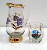 Kézzel festett kis üvegkancsó és részben kézzel festett Regensburg üvegpohár