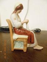 Régi Biszkvit porcelán, széken ülő hímző nő.
