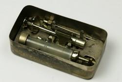 Régi orvosi fecskendő injekciós felszerelés eredeti dobozában