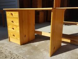 Eladó egy Fenyő íróasztal. Bútor szép állapotú Ára:29900ft Méretei:115cm x59cm  x 75cm magas. Szállí