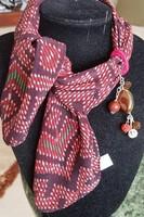 Bordó selyem kendő kézműves ékszer díszítéssel