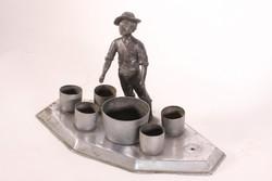 Pálinkás vagy boros kínáló fiú szoborral